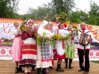 Настоящий венок, сплетенный из луговых цветов, может стать символом фестиваля «Туслах кашале». Фото www.cap.ru