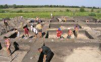 Настоящие археологи открывают исторические слои бережно – сантиметр за сантиметром. Фото с раскопок в пойме Суры. Фото cap.ru