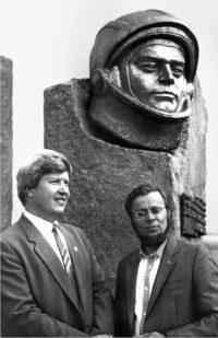 Над памятным знаком А.Г. Николаеву Анатолий Брындин работал с Анатолием Орешниковым