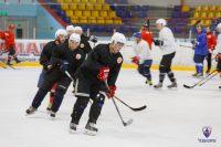 На тренировочных свитерах у хоккеистов еще нет богатыря.Фото cap.ru