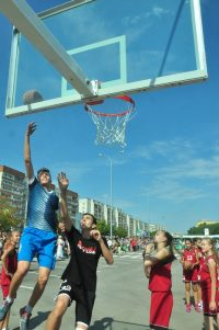 А на улице перед ФОКом вовсю кипели баскетбольные страсти.Фото Олега МАЛЬЦЕВА