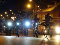 ...В этот раз на спицах велосипедов отражались лунный свет и лампы уличных фонарей.Фото автора