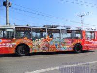 Экскурсионный троллейбус легко узнать по яркому дизайну.
