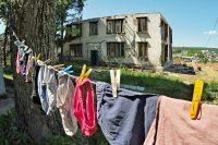 Расселенный аварийный дом по ул. Б. Хмельницкого в Чебоксарах. Скоро и жители соседних «авариек» будут сушить белье на застекленных балконах.Фото Олега МАЛЬЦЕВА