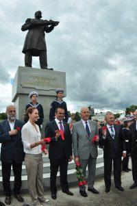 Александр Акимов внес немалую лепту в создание памятника выдающемуся земляку.