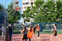 Молодежь любит побросать мяч в кольцо...Фото cap.ru