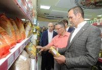 В магазине райпо Глава Чувашии проверил, сколько места на прилавках отведено местной продукции, и поинтересовался ценами на социально значимые товары.Фото cap.ru