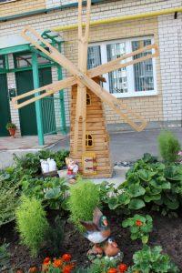 Ветряная мельница во дворе детсада – под рост воспитанников.Фото cap.ru