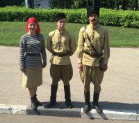 В сквере Чапаева туристов встречают Чапай и его команда.