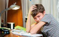 Если уроки делаются поздно вечером, материал не усваивается уставшим мозгом.Фото с сайта deti.mail.ru