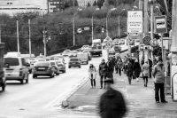 Привычный городской пейзаж: потоки машин и потоки людей.Фото Максима ВАСИЛЬЕВА