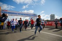 Премьер Иван Моторин возглавил vip-забег. Вскоре на ту же трассу отправились команды журналистов.Фото Максима ВАСИЛЬЕВА
