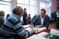 Как и в прошлом году, Михаил Игнатьев на выборы пришел со своей семьей. Фото Максима ВАСИЛЬЕВА