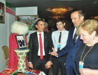 Студент ЧГУ туркмен Рустем Омаров с гордостью рассказал о своей стране.Фото Олега МАЛЬЦЕВА