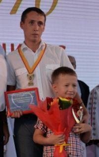 На награждение Денис пришел вместе с сыном.Фото cap.ru