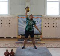Потягать гири не прочь и девушки.Фото cap.ru