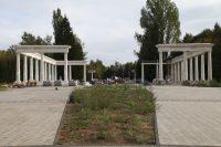 Колоннада на входе, несомненно, украсит парк, а для торговли можно найти другое место. Фото cap.ru