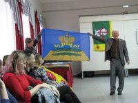 Герб и флаг Мариинского Посада украшает золотая корона императрицы.