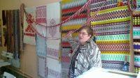 На форуме показали все виды ткачества, даже цифрового. Руководитель студии «Макошь» из Великого Новгорода Наталья Клевцова познакомила участников со своими образцами четырехремизного ткачества.Фото Светланы ГАЙНУТДИНОВОЙ