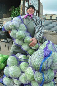 Вера Гурьевна чуть не обрушила рынок капусты, продавая ее по 7 руб. за кило.Фото Олега МАЛЬЦЕВА