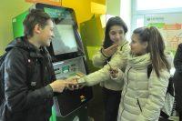 Обращаться с деньгами и банковскими картами дети должны научиться еще в школе, считают эксперты.Фото Олега МАЛЬЦЕВА