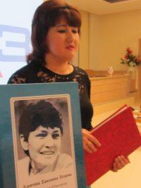 Регина Антонова собрала в одну книгу газетные публикации своей мамы.Фото автора