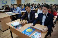 Студентам Чебоксарского кооперативного техникума тоже подарили учебники о пенсии.Фото cap.ru