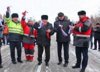 Торжественный момент. Глава Республики Саха (Якутия) Егор Борисов (в центре) и генеральный директор ПАО «Дорисс» Всеволод Рощин (крайний справа) открывают новую дорогу.