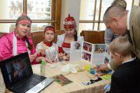 Изготовление валенок в доме Адюковых из Яльчикского района – семейное дело, которое передается из поколения в поколение. А вот их сувенирные мини-копии, конечно, ноги не согреют, зато подарят душевное тепло.Фото cap.ru