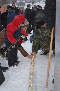 Каждый год у подножия стелы «Память. Стрижи», созданной чувашским скульптором Владимиром Нагорновым, зажигается 110 свечей в память о жертвах эльбарусовской трагедии. Фото из архива МЧС по Чувашии