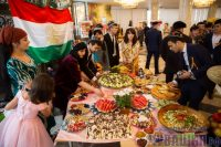 Один из самых богатых столов на празднике накрыла таджикская диаспора. Фото Максима ВАСИЛЬЕВА