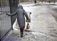 В минувшие дни людям не по своей воле пришлось осваивать технику «ледовой ходьбы». Фото Максима ВАСИЛЬЕВА