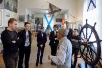 Виктор Литвинов рассказал кадетам много интересного. И показал уникальный экспонат музея –штурвал царской яхты «Полярная звезда». Фото предоставлено Союзом ветеранов ВМФ Чувашии
