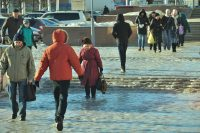 Возле торгового центра «Шупашкар» тоже надо ходить очень осторожно.Фото Олега МАЛЬЦЕВА