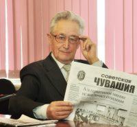 Каждое утро профессор Владимир Мутиков начинает с зарядки и прочтения любимой газеты. Фото Олега МАЛЬЦЕВА