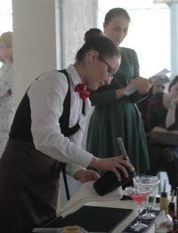 В сервировке стола, приготовлении напитков, красивой подаче блюд и других заданиях Вере Васильевой не было равных.Фото cap.ru