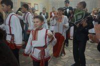 Чурачикцы встречали гостей песнями и танцами.