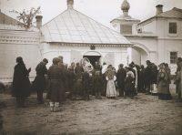 Вынос резной иконы Николая Чудотворца из часовни монастыря, 1894 год.