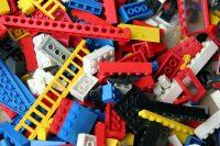 От игрушек с мелкими деталями лучше отказаться, если у взрослых нет возможности быть рядом во время игры.Фото yandex.ru
