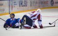 Чебоксарским игрокам (в синей форме) пришлось несладко.Фото Максима ВАСИЛЬЕВА