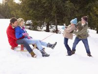 Специалисты уверяют, что самые крепкие семьи те, где родителям интересно общаться не только друг с другом, но и с детьми.Фото: icefishing-mn.com