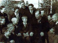 Персональный пенсионер Николай Никитин встречается с чебоксарскими школьниками-пионерами. (Фото начала 60-х годов).