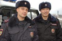 Сотрудникам полиции Денису Федорову и Денису Королеву на время пришлось побыть пожарными.Фото 21.мвд.рф