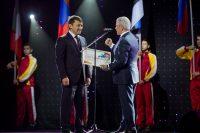 Омар Муртузалиев не только вручил сертификат, но и сам получил Благодарность Главы Чувашии.Фото Максима ВАСИЛЬЕВА