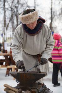 Непременный атрибут всех исторических фестивалей – походная кузня.Фото Максима ВАСИЛЬЕВА