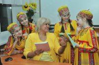 Учитель чувашского языка и литературы Елена Германовна Лебедева и ученицы 6 «А» класса.Фото Олега МАЛЬЦЕВА