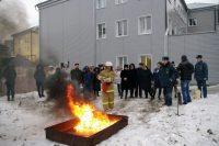 Не каждый рискнул сразиться даже с «искусcтвенным» пожаром.Фото 21.mchs.gov.ru