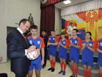 Пользуясь случаем, юные футболисты попросили автограф у Главы республики.Фото cap.ru