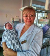 Акушерам в праздники отдыхать не пришлось. Заведующая родильным отделением Новочебоксарского медицинского центра Эльвира Краснова с «рождественским» ребенком.Фото предоставлено медицинским центром