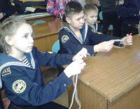 К концу обучения ребята научатся читать навигационные карты и вязать больше десятка морских узлов.